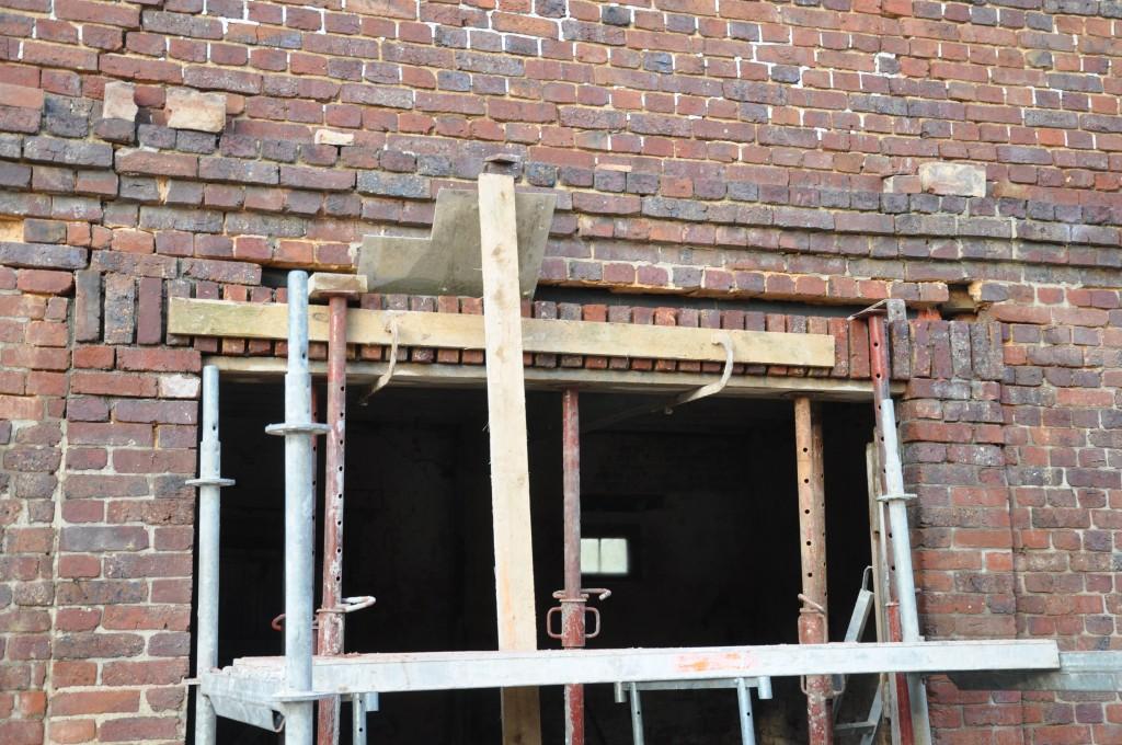 Baie vitr e changement du linteau bois notre grange for Construire mur en brique